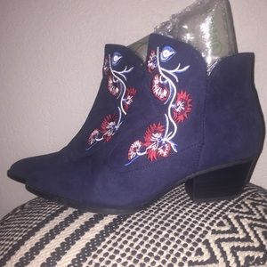 [Carlos Santa] Embroidered ankle booties NWOT